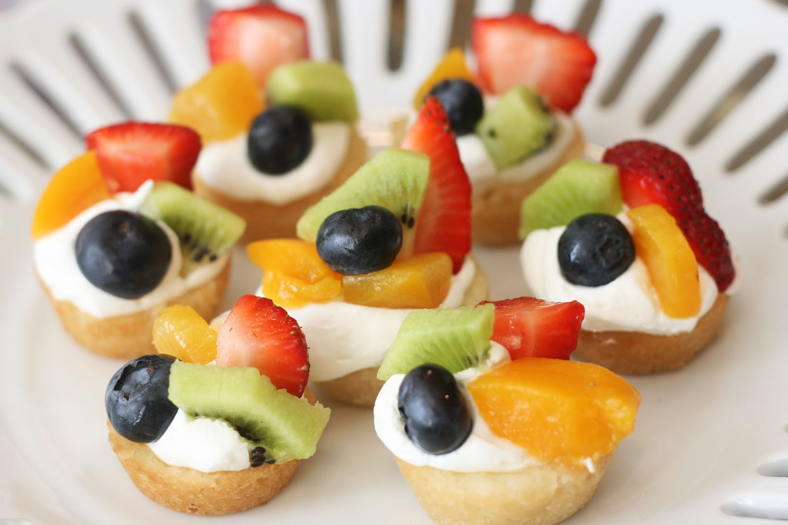 one bite mini fruit pizzas! I love this way of preparing fruit pizza ...